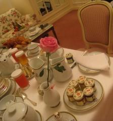 格式高いホテルラウンジにて英国式ティーマナーレッスン